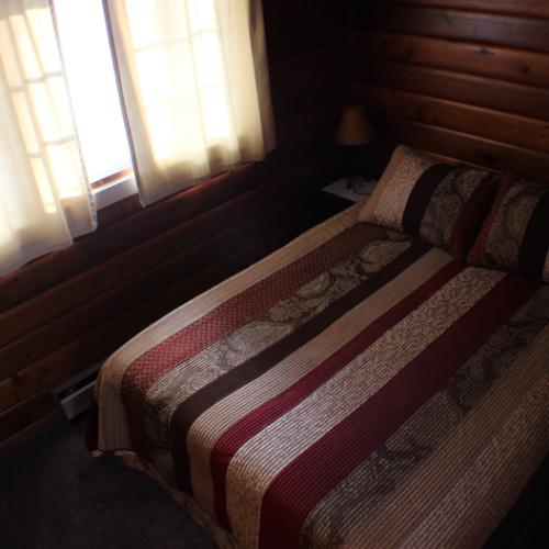 Sherwood-Bedroom-Queen-Round-Lake-Resort